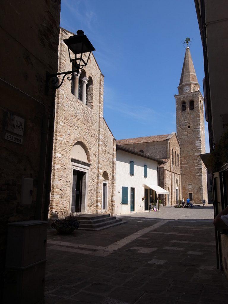 Basilica di S.Eufemia(奥)と、S.Maria delle Grazie(手前), Grado